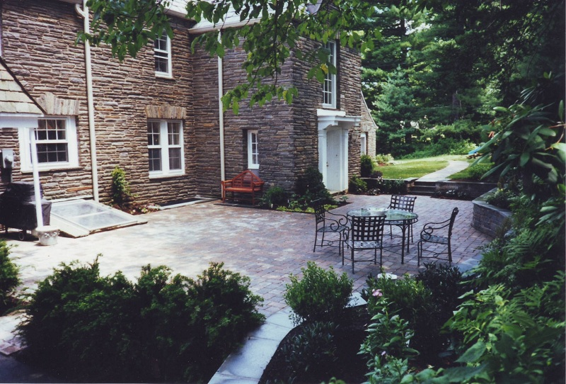 Courtyard and flagstone capped knee wall, Penn Valley, PA (By Aardweg Landscaping)